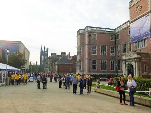 写真:英国の大学のオープンデー:オープンデー。学内ツアーやコースの説明、学寮や授業料などについて好みのセッションを選択。全国から志望者とその保護者が来校
