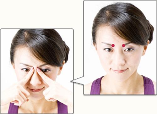 図5:左右の眉毛の内側にあるくぼみを、持ち上げるように少し強めに押す:図5:左右の眉毛の内側にあるくぼみを、持ち上げるように少し強めに押す