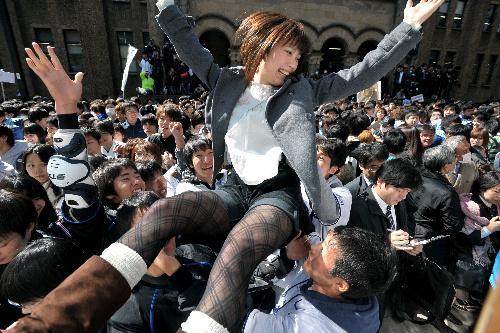 写真:昨年の合格発表の風景。掲示板の前は多くの人で混雑した=東京大