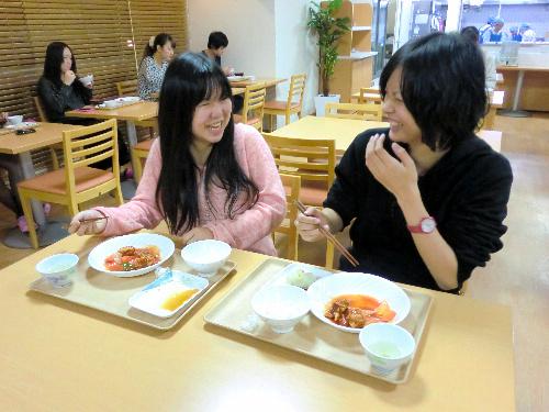 写真:食堂で談笑する学生。入学直後に偶然、同じ大学の同じクラスとわかり、仲良くなったという=東京都足立区の学生会館「ドーミー北千住」