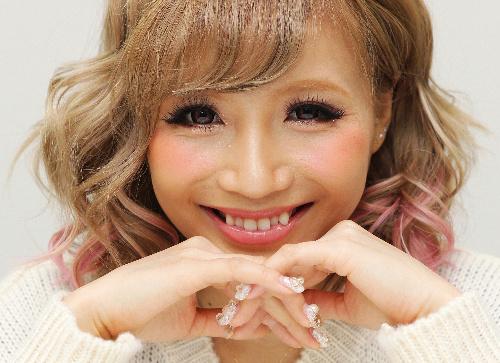 写真:鎌田安里紗〈かまだ・ありさ〉 徳島県出身、20歳。日々の生活やファッションについてつづった「ありちゃんブログ」(http://ameblo.jp/aritann-blog/)には、同世代のファンから毎回50件前後のコメントが寄せられる。=写真はいずれも東京都渋谷区、竹谷俊之撮影