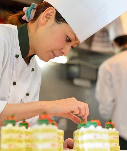 写真:ケーキ作りをする柿沢安耶さん。「料理を作るだけではなく、食文化を紹介したい」=東京都目黒区、瀬戸口翼撮影