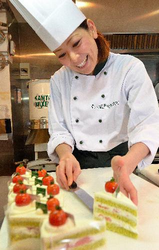 写真:一番人気の「グリーンショート・トマト」を作る柿沢安耶さん。「食の楽しさを大事にしたい」=東京都目黒区、瀬戸口翼撮影