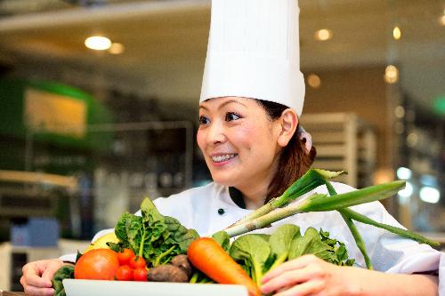 写真:「新鮮な野菜を作って下さる方々がいらっしゃるから、お店を出せた」と話す柿沢安耶さん=東京都目黒区、瀬戸口翼撮影