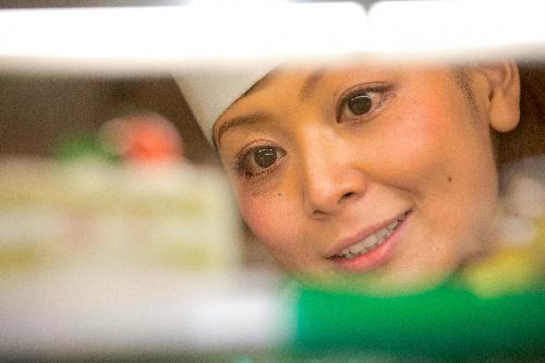 写真:野菜スイーツを店頭に並べる柿沢安耶さん=東京都目黒区、瀬戸口翼撮影