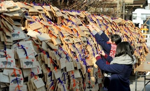 写真:合格祈願の絵馬を結びつける受験生=東京都文京区の湯島天神、白井伸洋撮影