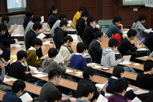 写真:問題冊子が配布され、試験にのぞむ受験生たち=19日午前9時12分、東京都文京区の東京大学、加藤諒撮影