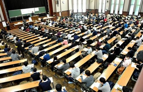 写真:センター試験にのぞむ受験生たち=19日午前9時9分、東京都文京区の東京大学、加藤諒撮影