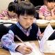 お手本をなぞって、ひらがなやカタカナの練習をする幼稚園児や小学生たち=東京都中野区の学研教室、杉原里美撮影