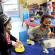フェースペインティングをするオリーブシューツ保育園の子どもたち。筆を握ったり左右対称にバランスよく描いたりする遊びだ=ニュージーランド・オークランド、中塚久美子撮影