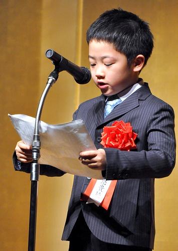写真:表彰式で作文を読み上げる片山悠貴徳君=東京・築地の浜離宮朝日ホール