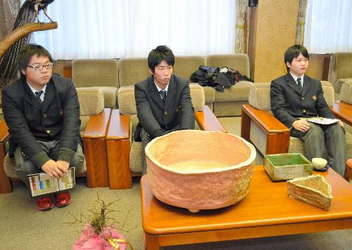写真:長浜市に盆梅の鉢を寄贈した信楽高の生徒ら(左から浜嶋英豊さん、堅田佑樹さん、高畑琢矢さん)=同市役所