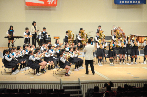 写真:息の合った演奏を披露する小学生たち=大津市島の関