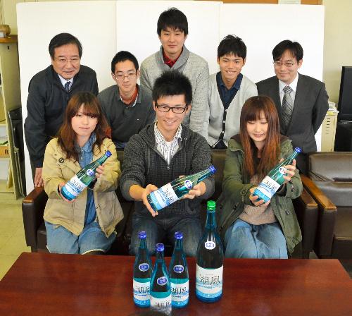 写真:完成した「湖風」を手にする県立大の学生ら=彦根市元町