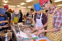 写真:調理実習で豚汁を作る生徒たち=東京都港区の私立麻布高校