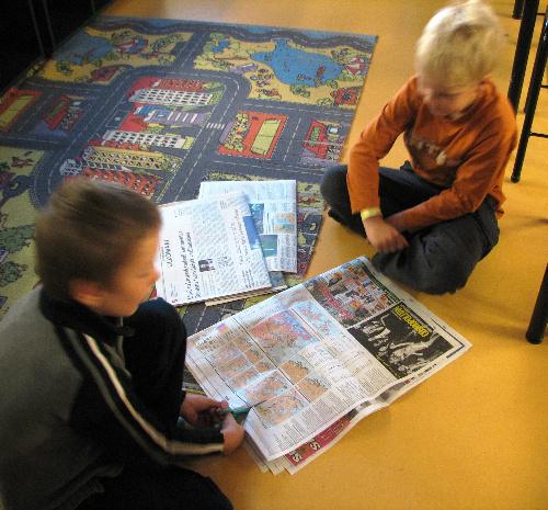 写真:授業で新聞を切り抜く小学生=福田誠治さん撮影