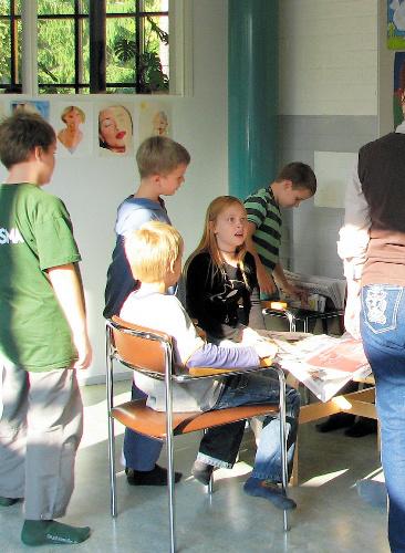 写真:校内で新聞を広げることが日常的なフィンランドの学校=福田誠治さん撮影
