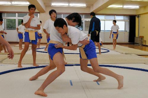 写真:相撲の授業を受ける武蔵野市立第六中の1年生たち=武蔵野市境3丁目