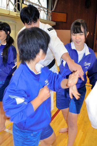 写真:2人1組になって少林寺拳法の組み手を学ぶ八王子市立加住中の2年生=八王子市加住町1丁目