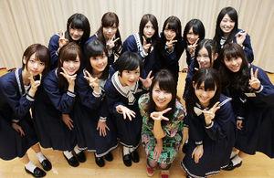 フリーアナウンサーの平井理央さんと記念撮影をする乃木坂46のメンバーたち=竹谷俊之撮影