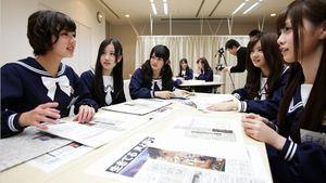 グループワークで気になったニュース記事を発表する和田まあや(左)。(右隣から)星野みなみ、樋口日奈、畠中清羅、白石麻衣=竹谷俊之撮影
