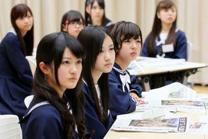 真剣な表情で東日本大震災時の取材話を聞く(手前から)樋口日奈、星野みなみ、和田まあやら=竹谷俊之撮影