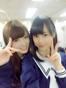 生田絵梨花(右)と白石麻衣