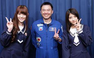 宇宙飛行士の星出彰彦さんと記念撮影をする松村沙友理(左)と若月佑美=竹谷俊之撮影