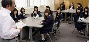 藤原和博先生の「よのなか科」授業を受ける乃木坂46のメンバーたち=竹谷俊之撮影