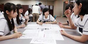 グループで話し合う(左から)秋元真夏、齋藤飛鳥、生駒里奈、和田まあや、斎藤ちはる=竹谷俊之撮影