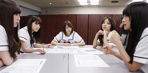 グループ討議をする(左から)大和里菜、若月佑美、永島聖羅、能條愛未、深川麻衣=竹谷俊之撮影