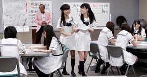 発表を終え席に戻る斉藤優里(左)と高山一実=竹谷俊之撮影