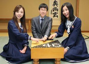 囲碁棋士の井山裕太さんと楽しそうに記念撮影をする川村真洋(左)と斎藤ちはる=竹谷俊之撮影