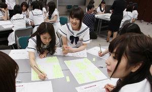 グループで話し合う(左から)桜井玲香、若月佑美。手前は斉藤優里=竹谷俊之撮影