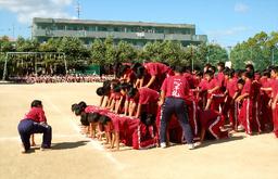 写真:10段ピラミッドを組み始める男子生徒たち=9月25日、兵庫県伊丹市鴻池3丁目、市立天王寺川中学校提供