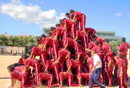 写真:上に乗る生徒たちは補助役の生徒に肩車をしてもらい、よじ登る=9月25日、兵庫県伊丹市鴻池3丁目、市立天王寺川中学校提供
