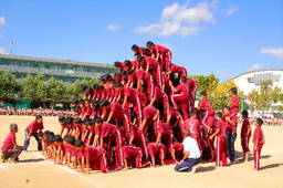 写真:上に乗る生徒は補助役の生徒に肩車をしてもらい、よじ登る=9月25日、兵庫県伊丹市鴻池3丁目、市立天王寺川中学校提供