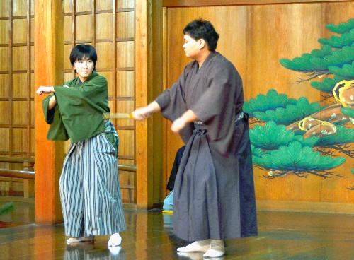 写真:狂言「舎弟」を上演する高校生=京都府上京区