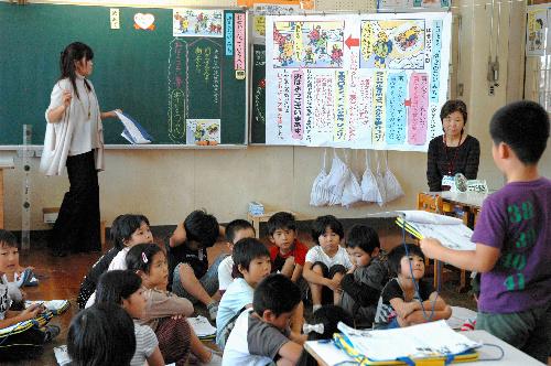 写真:2年1組の道徳授業。GT(右から2人目)も授業の初めから参加した=久山町久原