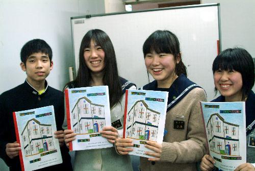 写真:ガイドブックを持つ直方第三中学校の生徒たち=直方市役所