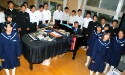 写真:完成したばかりの学級歌「History」を練習する蓬田中の3年生=平田村上蓬田