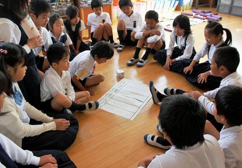 写真:1年生から6年生まで、車座になってゲームをする「ふれあいタイム」。この日は「面白い話」「怖い話」などを出し合い、盛り上がった=高松市立木太北部小学校
