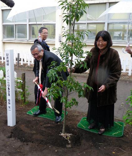 写真:すみれ夫人(右)と母校・大和市立大和小学校にシラカシを植樹した根岸英一さん