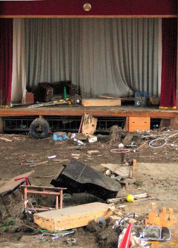 写真:体育館にも津波が押し寄せ、グランドピアノがひっくり返った