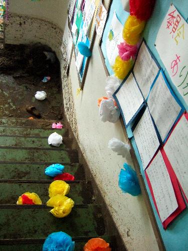写真:2階に上がる階段。黒い津波の跡が残る=いずれも4月8日、宮城県東松島市立浜市小、氏岡写す