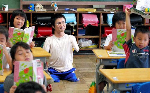 写真:1年生の授業を見る乙武洋匡さん=21日午前、東京都品川区の鈴ケ森小学校、西畑志朗撮影