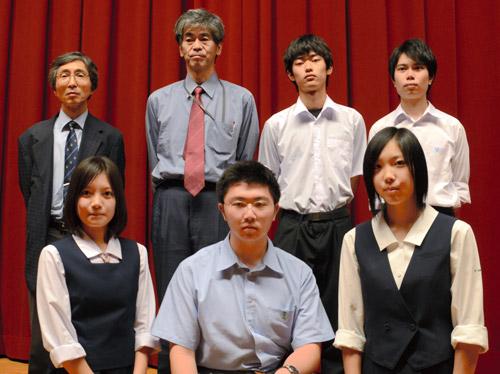 写真:受賞した7人。前列中央が最優秀賞を受賞した北折暁さん=24日、千葉大