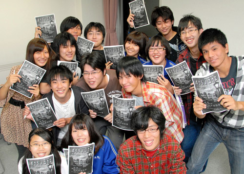 写真:実体験を元にした劇「ボクラノユクエ」の台本を手にする姫路北高演劇部の部員たち=姫路市総社本町