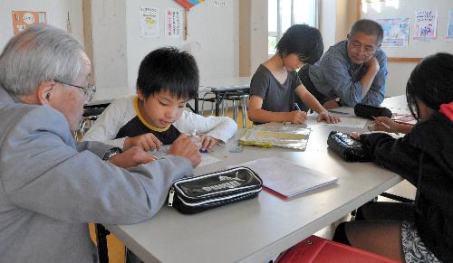写真:地域の「先生」たちから勉強を教わる児童=新潟市南区の味方小学校