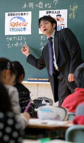 写真:「およその数って、本物の数?」と問いかける中村先生=札幌市中央区、杉本康弘撮影